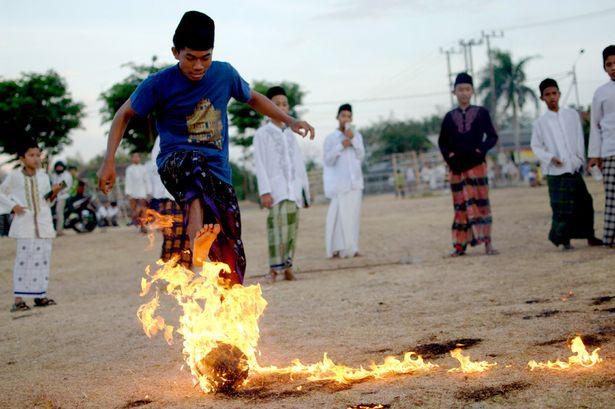 Indonesian+students+playing+Sepak+Bola+Api.