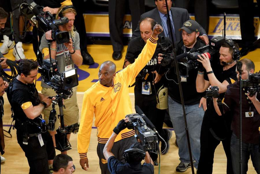 Lakers' star Kobe Bryant acknowledges the crowd at his final game.