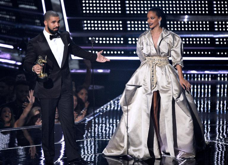 Rihanna+receives+Video+Vanguard+Award+from+Drake.