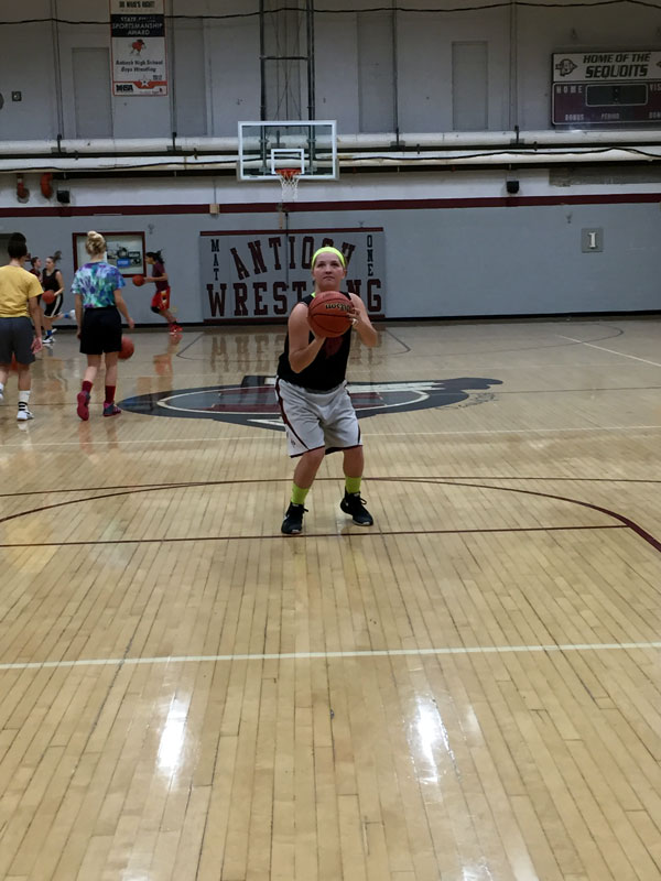 Freshman+Nayla+Loos+shooting+a+free+throw+during+her+practice+on+Wednesday%2C+November+9+for+the+JV+girls+basketball+team.