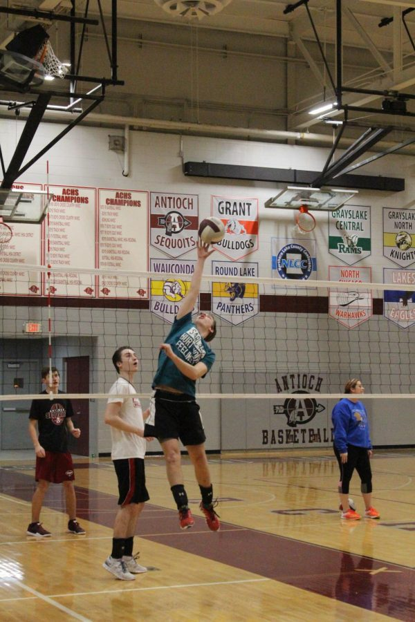 Senior+Ryan+Glassman+attempts+to+spike+the+volleyball+at+practice.+
