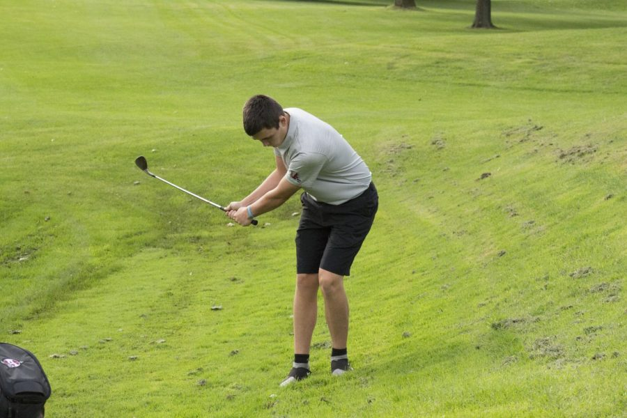 Gavin+Eldridge%2C+junior%2C+chips+the+ball+out+of+the+rough%2C+and+down+the+fairway.